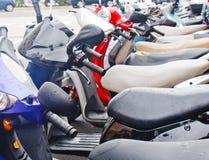 五颜六色的脚踏车在百慕大街道停放了 库存照片