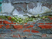 五颜六色的腐朽的砖墙 免版税库存图片