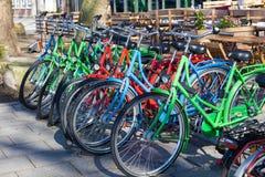 五颜六色的自行车在城市 免版税库存图片