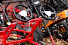 五颜六色的自行车在秋天游乐园 库存图片