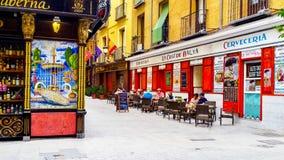 五颜六色的舒适街道和咖啡馆大阳台在马德里 免版税库存照片