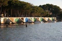 五颜六色的船库 免版税库存照片