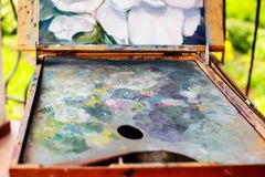 五颜六色的艺术家箱子 库存图片