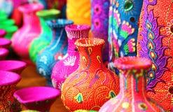 五颜六色的艺术性的罐或花瓶在充满活力的颜色 免版税库存照片