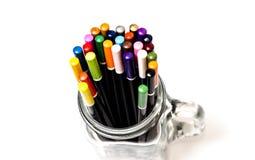 五颜六色的艺术铅笔在艺术家的演播室 查出 免版税库存照片