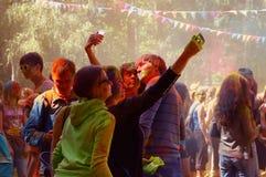 五颜六色的节日HOLI在莫斯科, 29 06 2014年 免版税库存图片