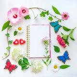 五颜六色的花和自创蝴蝶和心形的曲奇饼 库存图片