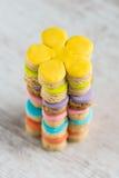 五颜六色的花形式自创方旦糖盖了在白色木背景的曲奇饼 图库摄影