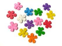 五颜六色的花彩色塑泥,多彩多姿的黏土,心形的面团,白色背景 库存图片