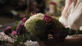 五颜六色的花束时兴振翼在女孩` s手上开花 被裹住的光 关闭 股票视频