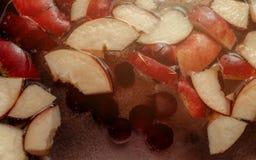 五颜六色的苹果计算机切片,在罐的果子混合 刷新的果子苹果汁拳打党饮料 有机食品温暖的焕发背景 免版税库存图片