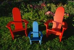 五颜六色的草椅在庭院里 库存照片