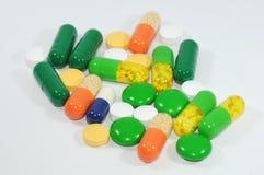 五颜六色的药片和胶囊人群  图库摄影
