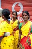 五颜六色的莎丽服的印地安妇女在拥挤印度城市 库存照片