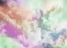 五颜六色的葡萄酒云彩和天空 自然backgroud 免版税图库摄影