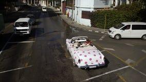 五颜六色的葡萄酒汽车在哈瓦那 股票录像