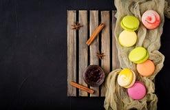 五颜六色的蛋白杏仁饼干和一个瓶子蜂蜜 库存照片