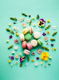 五颜六色的蛋白杏仁饼干和花 库存图片