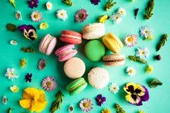 五颜六色的蛋白杏仁饼干和花 免版税库存图片