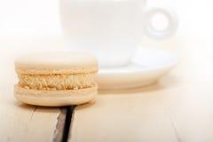 五颜六色的蛋白杏仁饼干用浓咖啡咖啡 免版税图库摄影