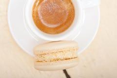 五颜六色的蛋白杏仁饼干用浓咖啡咖啡 图库摄影