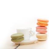 五颜六色的蛋白杏仁饼干用浓咖啡咖啡 库存图片