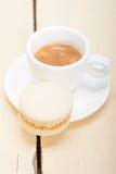 五颜六色的蛋白杏仁饼干用浓咖啡咖啡 免版税库存图片