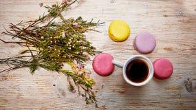 五颜六色的蛋白杏仁饼干蛋糕和鲜花 免版税库存图片