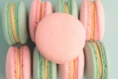 五颜六色的蛋白杏仁饼干 平的位置 库存照片