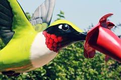 五颜六色的蜂鸟雕塑 免版税库存照片