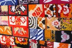 五颜六色的蜡染布沿一条街道卖了在斯里兰卡 免版税库存图片