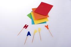 五颜六色的蜡烛和信封 免版税图库摄影