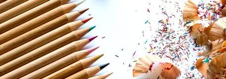 五颜六色的蜡笔和铅笔削片在白色背景 免版税库存照片