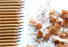 五颜六色的蜡笔和铅笔削片在白色背景 免版税库存图片