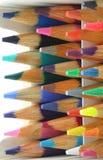 五颜六色的蜡笔水平的装箱铅笔 免版税库存图片