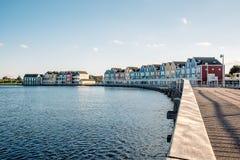 五颜六色的行格住宅在豪滕,荷兰,黄昏和reflecti的 库存照片