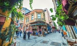 五颜六色的街道和普遍的咖啡馆在是伊斯坦布尔一个历史的邻里的Balat 免版税库存照片