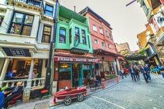 五颜六色的街道和普遍的咖啡馆在是伊斯坦布尔一个历史的邻里的Balat 免版税库存图片