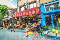 五颜六色的街道和普遍的咖啡馆在是伊斯坦布尔一个历史的邻里的Balat 库存照片