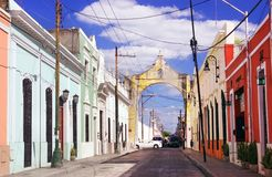 五颜六色的街道在梅里达,尤加坦,墨西哥 免版税图库摄影
