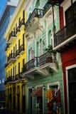 五颜六色的街道在老圣胡安波多黎各 免版税库存图片