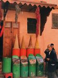 五颜六色的街道在马拉喀什 免版税库存照片
