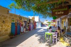 五颜六色的街道在Matala村庄,克利特,希腊 库存照片
