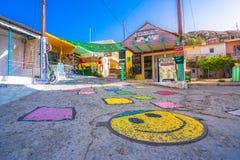 五颜六色的街道在Matala村庄,克利特,希腊 免版税库存照片