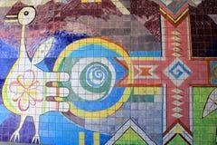五颜六色的街道艺术是常见的情景在桥梁下和在老,被风化的大厦,街市丹佛,科罗拉多, 2015年 库存照片
