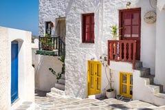 五颜六色的街道风景看法在传统希腊cycladic vil的 库存照片