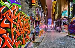 五颜六色的街道画艺术品夜视图在墨尔本 免版税库存照片
