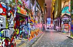 五颜六色的街道画艺术品夜视图在墨尔本 免版税库存图片