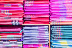 五颜六色的衣裳在碗柜 免版税库存图片