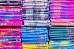 五颜六色的衣裳在碗柜 库存照片